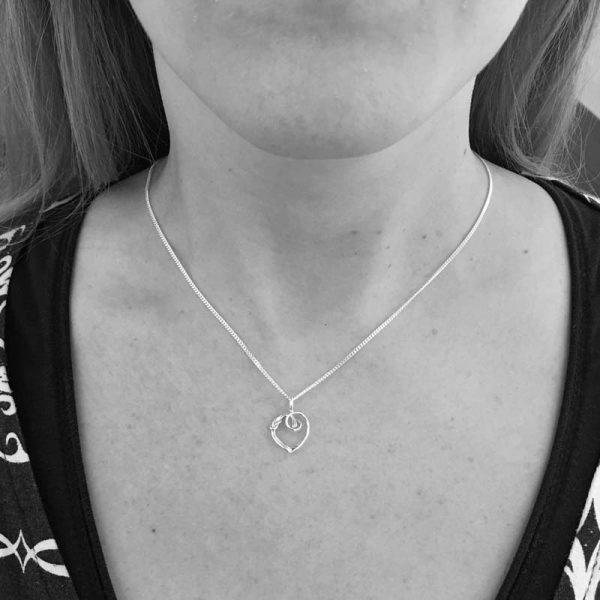 Råbandsknop Hjärta XS halsband på modell, Råbandsknop Hjärta XS necklace on model